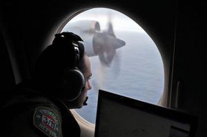 2014年3月22日、オーストラリア沖のインド洋上から行方不明のマレーシア航空MH370便を捜索するオーストラリア空軍兵士=AP