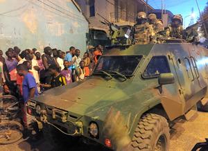 ガンビアの首都バンジュールの大統領宮殿近くに陣取る西アフリカ諸国経済共同体のセネガル軍車両。大統領交代の混乱に伴って進駐した=2017年1月22日、AP。政権交代でガンビアからの若者流出に歯止めはかかるか