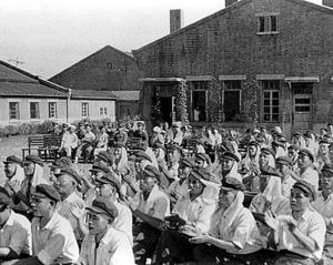 舞台に拍手を送る日本人戦犯たち=1956年7月1日、中国・撫順戦犯管理所