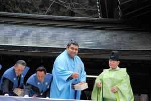参拝者らに豆をまく高安=つくば市の筑波山神社