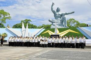 昨年の平和祈念式典で合唱した「ひまわり」=長崎市の平和公園、福岡亜純撮影