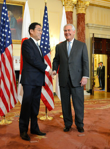 会談の冒頭で握手を交わす岸田文雄外相(左)とティラーソン米国務長官=米ワシントンの国務省
