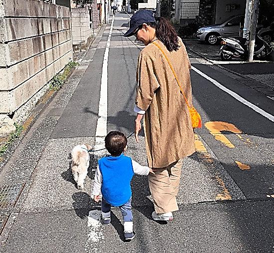 息子と散歩=事務所提供