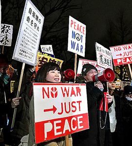 稲田朋美防衛相の国会答弁に、国会前で抗議する人たち=10日夜、東京都千代田区