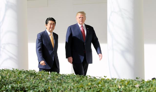 日米首脳会談を終え、会見場へ移動する安倍晋三首相(左)とトランプ大統領=10日午後1時4分、ワシントンのホワイトハウス、岩下毅撮影