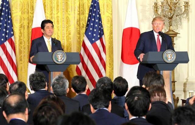 日米首脳会談後、共同記者会見する安倍晋三首相(左)とトランプ大統領=10日午後1時11分、ワシントンのホワイトハウス、岩下毅撮影