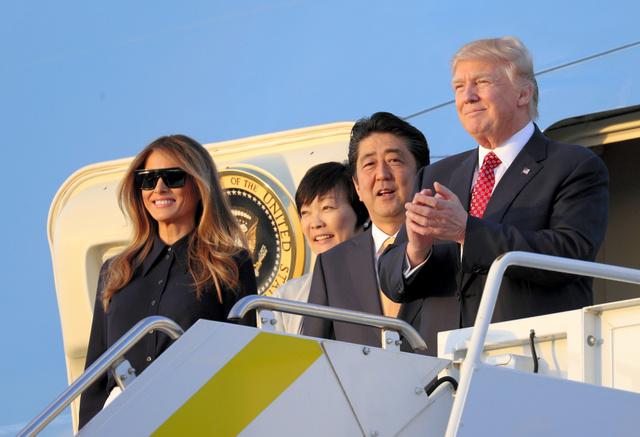 米フロリダのパームビーチ空港に到着し、大統領専用機を降りる(右から)トランプ大統領、安倍晋三首相、昭恵夫人、メラニア夫人=10日、飯塚晋一撮影