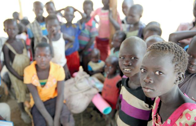 戦闘を逃れ、ウガンダ北部の難民居住区に身を寄せている南スーダンの子どもたち=1日、ウガンダ北部、三浦英之撮影