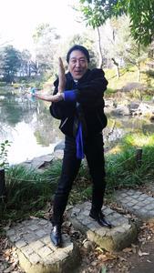 初代ウルトラマンのスーツアクターだった古谷敏さん。スペシウム光線のポーズが懐かしい=東京都港区の有栖川宮記念公園