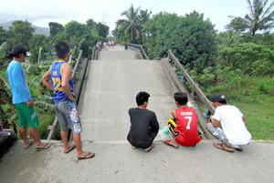 地震によって折れ曲がった橋=11日、ミンダナオ島スリガオ市、AFP時事