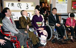 コンサート後、胎児性水俣病患者と話す石川さゆりさん(中央)=11日午後8時53分、熊本県水俣市、長沢幹城撮影