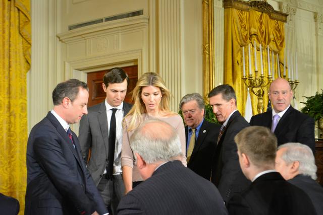 ホワイトハウスでの安倍晋三首相とトランプ米大統領の共同記者会見前に会場に姿を見せたイバンカさん(左から3人目)。夫のクシュナー大統領上級顧問(同2人目)、バノン首席戦略官(同4人目)らもいた=10日午後、ワシントン、高橋福子撮影