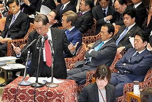 「共謀罪」をめぐり、衆院予算委員会で答弁する金田勝年法相(左)。右端は安倍晋三首相=2日
