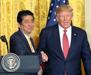 共同記者会見を終え、握手する安倍晋三首相(左)とトランプ米大統領=10日午後1時37分、ワシントンのホワイトハウス、岩下毅撮影