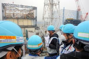 1~4号機を見渡せる高台から取材をする記者団。80メートルほど先に1号機(左)と2号機がある=9日、東京電力福島第一原発、日本記者クラブ取材団代表撮影