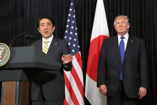 北朝鮮の弾道ミサイル発射に関して、記者会見する安倍晋三首相(左)とトランプ米大統領=11日午後10時38分、米フロリダ州パームビーチの「マール・ア・ラーゴ」、岩下毅撮影