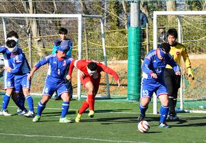 昨年2月にあったトルコ代表との強化試合でボールを追う日本代表の寺西⑬。選手は敵味方やボールの位置を頭の中に思い描きながらプレーする