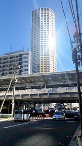 160メートル超の高層施設「中目黒アトラスタワー」に陽光が反射した=東京都目黒区