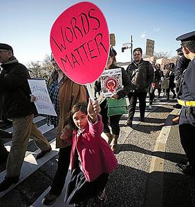 トランプ政権の政策に反対し、東京都内を行進するデモ参加者たち=AP