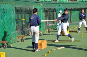 沼津で春のキャンプをスタートした明大野球部=愛鷹球場