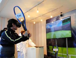 NTTの技術公開には、錦織圭選手のサーブを体感できる仮想現実(VR)も登場した=東京都武蔵野市