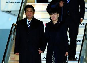 帰国した安倍晋三首相と昭恵夫人=13日午後6時38分、東京都大田区の羽田空港、金川雄策撮影