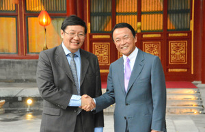 2015年6月、日本の麻生太郎財務相(右)と会談する中国の楼継偉・前財務相。返礼で訪日する直前の昨年11月、退任した=北京の釣魚台国賓館、斎藤徳彦撮影