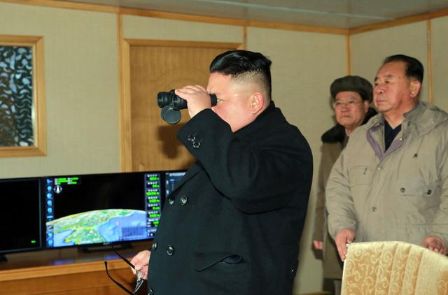 12日、地対地中長距離戦略弾道ミサイル「北極星2」型の試射を視察する金正恩(キムジョンウン)朝鮮労働党委員長。朝鮮中央通信が13日に報じた=朝鮮通信