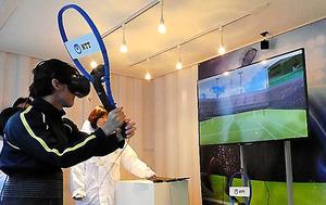 錦織圭選手のサーブを体感できる仮想現実も登場した=東京都