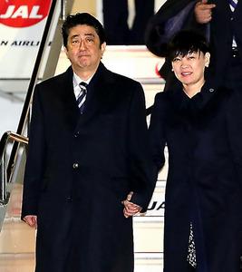 帰国した安倍晋三首相と昭恵夫人=13日夕、羽田空港、金川雄策撮影