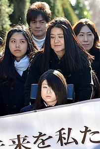 東京地裁に入る原告の園田絵里菜さん(手前)と、車いすを押す母小百合さん=東京・霞が関