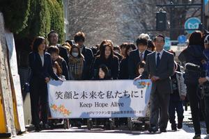 第1回口頭弁論がある東京地裁に向かう子宮頸がんワクチン訴訟の原告団=東京・霞が関、山本亮介撮影