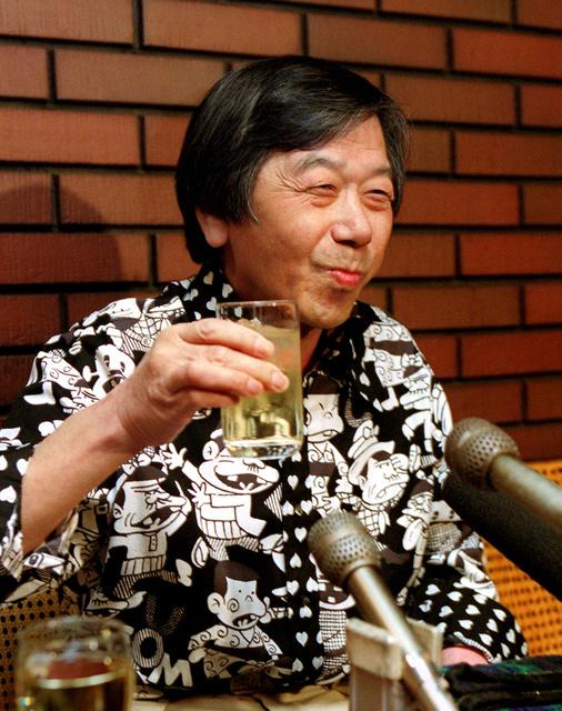 ウイスキーの水割りを飲みながら、がん手術後初の記者会見をする赤塚不二夫=1999年、大阪市中央区