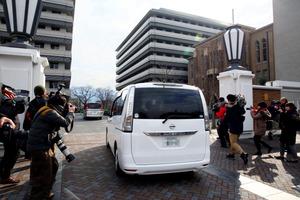 京都府立医科大付属病院に入る京都府警とみられる車両=14日午前9時59分、京都市上京区(車のナンバーにモザイクをかけています)