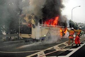 炎を上げて燃えるバス=広島県東広島市の山陽自動車道、同県警提供