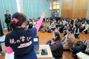 国に先駆けて「家庭教育支援条例」を制定した熊本県の「親の学び講座」の様子=2016年2月、熊本県大津町、杉原里美撮影