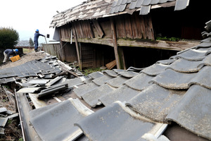 熊本地震の被害を受けた家屋の解体工事が始まった=14日午前10時40分、熊本県南阿蘇村立野、小宮路勝撮影