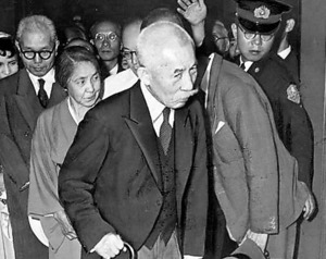 巣鴨刑務所から出所した荒木貞夫元陸相=1955年6月18日