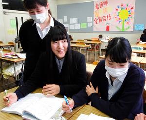 看護師国家試験を前にクラスメートと勉強する小野寺泰世さん(中央)=舞鶴市上安久