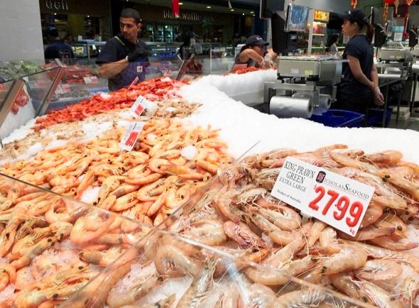 シドニー・フィッシュマーケットのエビ売り場。「green」は、調理していない生エビの意味だ