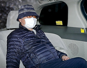任意出頭の求めに応じ、自宅を出る高山義友希元被告=14日午前7時59分、京都市左京区