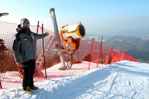 竜平リゾートではシーズン中は毎夜、人工降雪機でコースを整備する=韓国・平昌