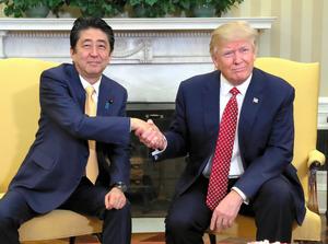 日米首脳会談の冒頭、握手する安倍晋三首相(左)とトランプ大統領=10日午後0時8分、ワシントンのホワイトハウス、岩下毅撮影