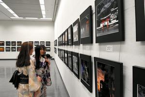 風景などの写真約470点が並んだ=広島市中区の県立美術館
