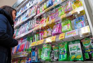 キリン堂肥後橋店では歯ブラシの横に売り場を作っていた=大阪市