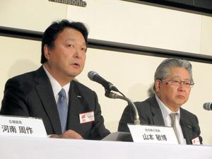 2016年12月期決算を発表する電通の山本敏博社長(左)=14日午後、東京都内