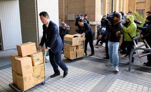 押収物を運び出す京都府警の捜査員ら=14日午後2時3分、京都市上京区、内田光撮影