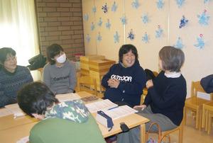 「チームcorekara(これから)」のミーティングで笑顔を見せる佐治雅子さん(写真右から2人目)。互いに愛称で呼び合う親しい間柄だ=昨年12月、兵庫県芦屋市