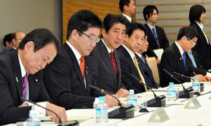 働き方改革実現会議であいさつする安倍晋三首相(左から3人目)=14日午後6時23分、首相官邸、恵原弘太郎撮影