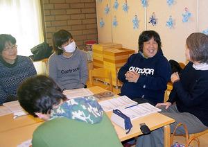 「チームcorekara(これから)」のミーティングで笑顔を見せる佐治雅子さん(写真右から2人目)。互いに愛称で呼び合う親しい間柄だ=兵庫県芦屋市